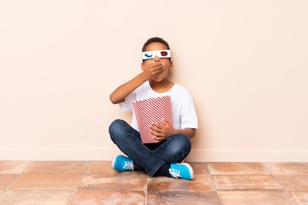 ポップコーンを保持しているアフリカ系アメリカ人の少年