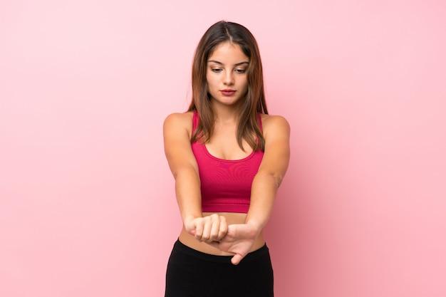 孤立したピンクストレッチアーム上の若いスポーツ少女
