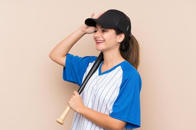 野球をしている若い女の子が何かを実現し、解決策を意図している