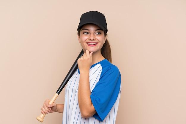 Молодая девушка играет в бейсбол