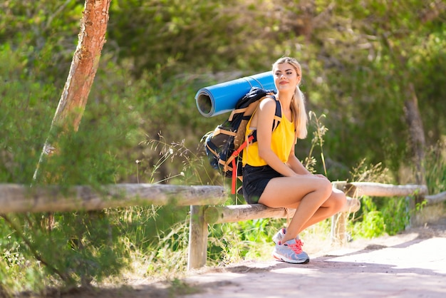 屋外でのハイキングのティーンエイジャーの女の子