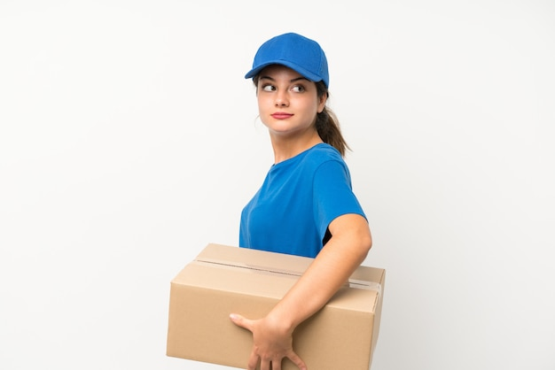 Молодая девушка доставки над изолированный белый смех