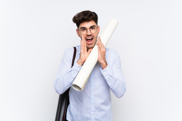 Молодой архитектор человек над изолированных белый кричал с широко открытым ртом