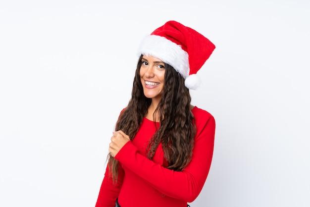 Девушка с шляпой рождества над изолированной белизной празднуя победу