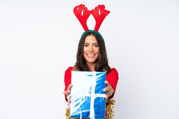 Девушка с шляпой рождества над изолированной белизной