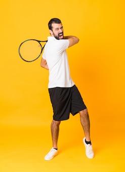 Полнометражный снимок человека, играющего в теннис на изолированных желтый