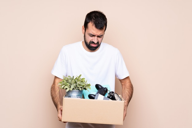 箱を持って、新しい家に移動する男