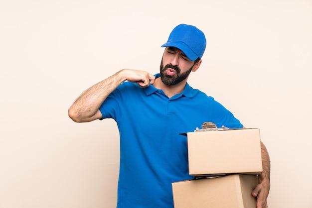 Доставка человек с бородой на изолированной стене с усталым и больным выражением