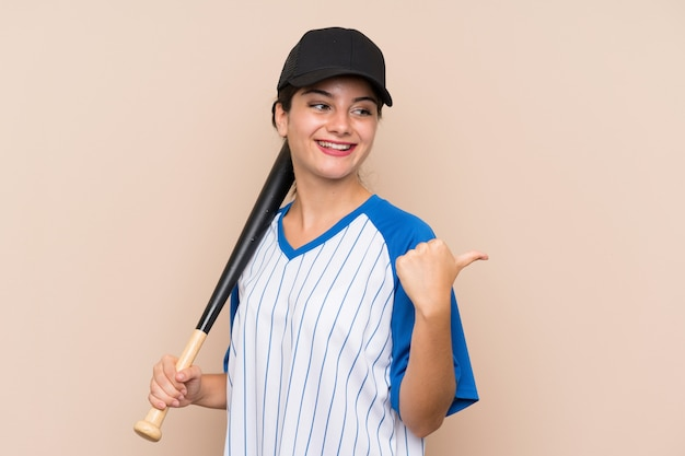製品を提示する側を指している野球をしている若い女の子