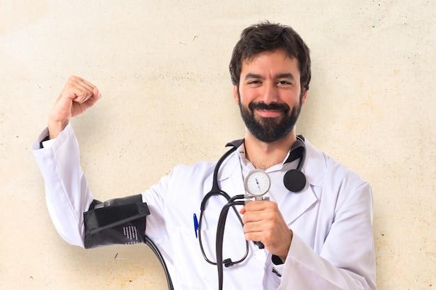 白い背景の上の血圧モニターと強い医者
