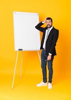 ホワイトボードでプレゼンテーションを行う実業家の全身ショット