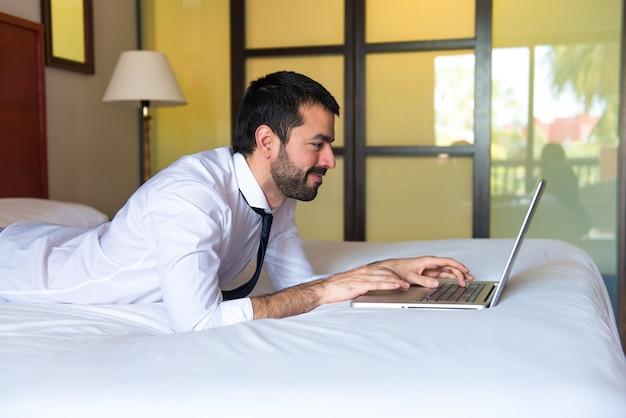 Молодой предприниматель, беспокоясь в отеле