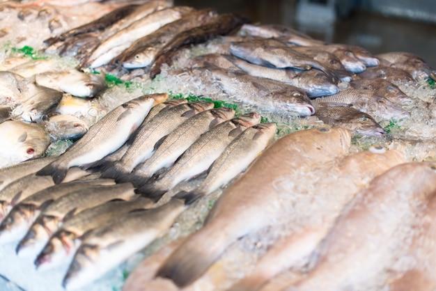 市場での生の魚