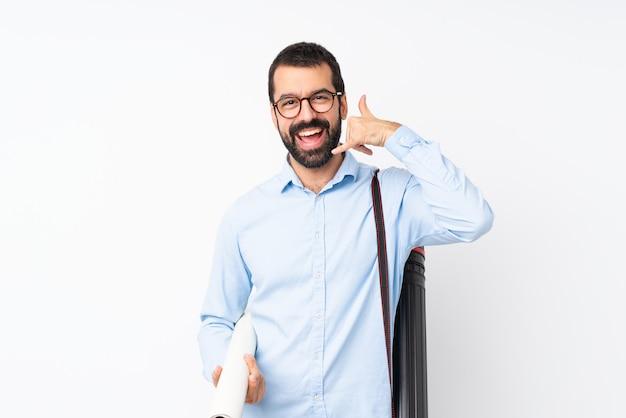 電話ジェスチャーを作る分離白以上のひげを持つ若い建築家男。コールバックサイン