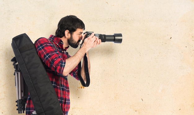 写真を撮っている写真家