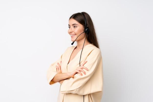 Молодая женщина телемаркетер над изолированных белый, глядя в сторону