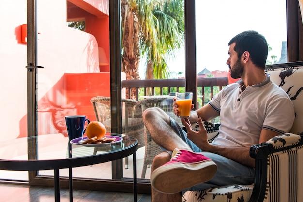Человек, пить апельсиновый сок