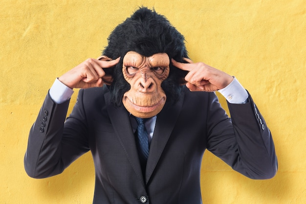 白い背景を考えている猿の男