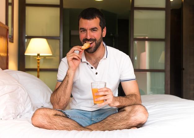 Человек, пить апельсиновый сок в гостинице