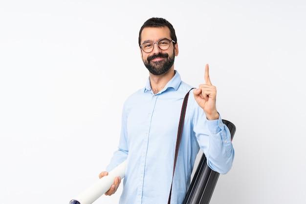 孤立した白い背景を示すと最高のサインで指を持ち上げてひげを持つ若い建築家男