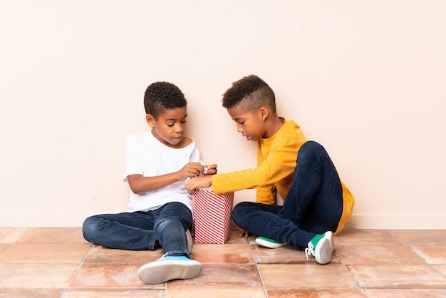 ポップコーンを保持しているアフリカ系アメリカ人の兄弟