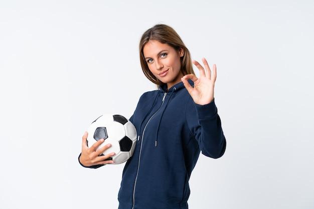 Молодая женщина футболиста над изолированной белизной