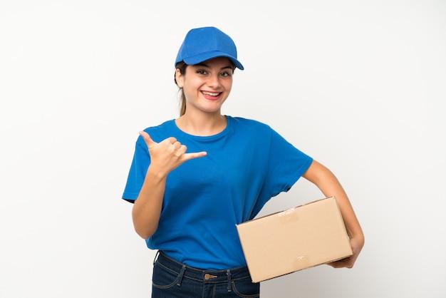 Молодая девушка доставки на изолированных белый, делая жест телефона