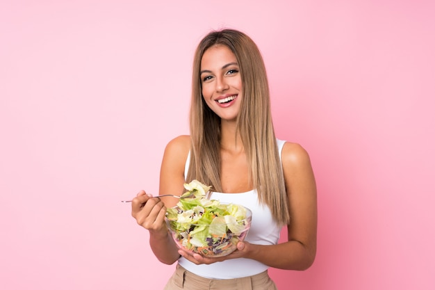 サラダと若いブロンドの女性