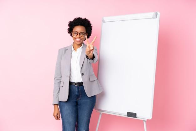 ホワイトボードを持つアフリカ系アメリカ人ビジネスの女性