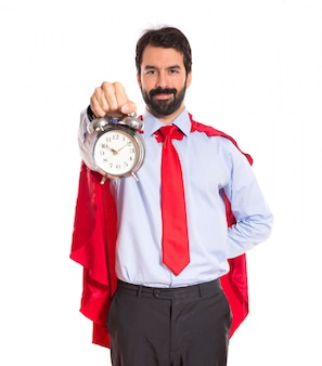 時計を持っているスーパーヒーローのような服を着た実業家