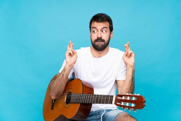 ギターを持つ若い男