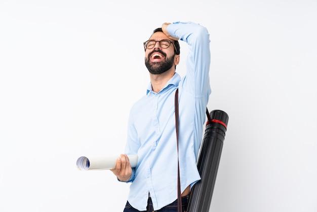 ひげを持つ若い建築家の男は何かを実現し、解決策を意図しています