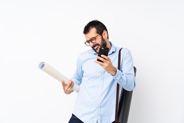 勝利の位置に電話でひげを持つ若い建築家男