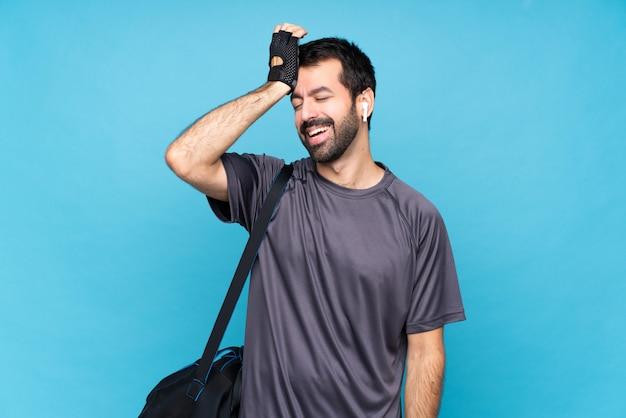 ひげを持つ若いスポーツ男は何かを実現し、解決策を意図しています