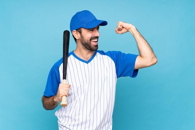 Молодой человек играет в бейсбол, празднует победу
