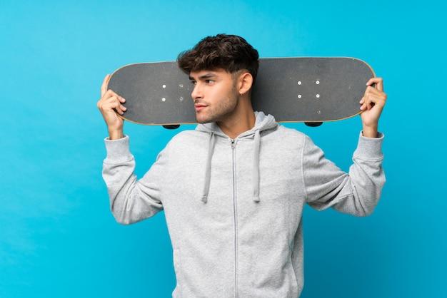 Молодой красивый мужчина с кататься на коньках и глядя в сторону