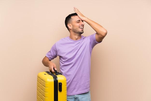 スーツケースを保持している男は何かを実現し、解決策を意図している