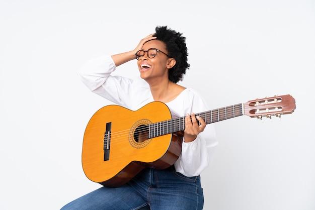 Брюнетка женщина с гитарой на белом фоне
