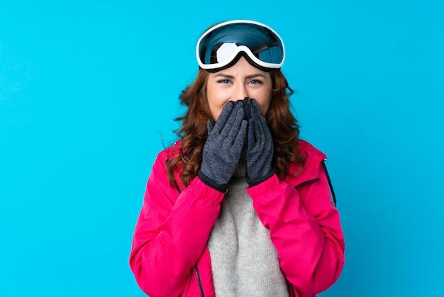驚きの表情でスノーボードメガネのスキーヤー女性