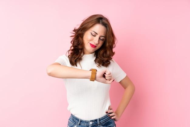 Молодая женщина смотрит наручные часы