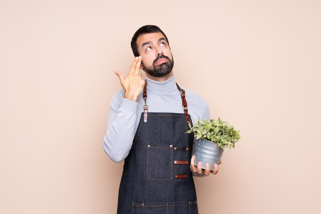 自殺ジェスチャーを作る問題を持つ植物を抱きかかえた