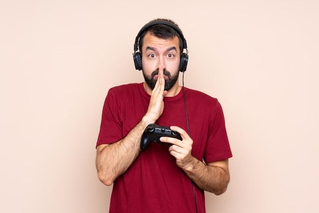 ビデオゲームコントローラーで遊んでいる人は手のひらを一緒に保つ