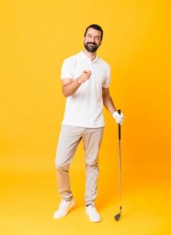 ゴルフをし、前方を向く男