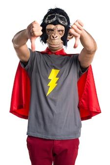 悪いシグナルを出しているスーパーヒーローモンキー男