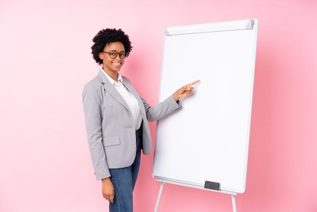 ピンクの壁の上のアフリカ系アメリカ人ビジネスの女性