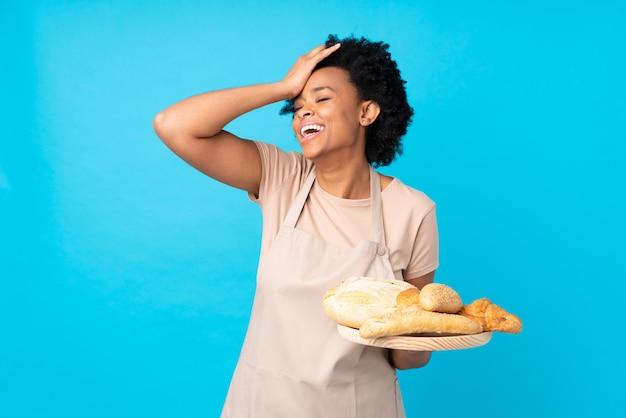 青い壁の上のパン屋の女性