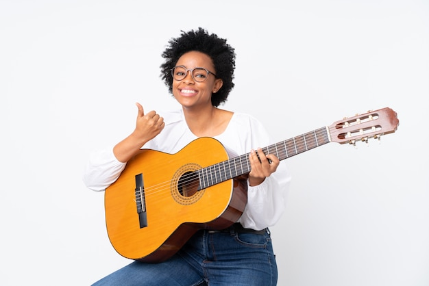 Женщина с гитарой на белой стене