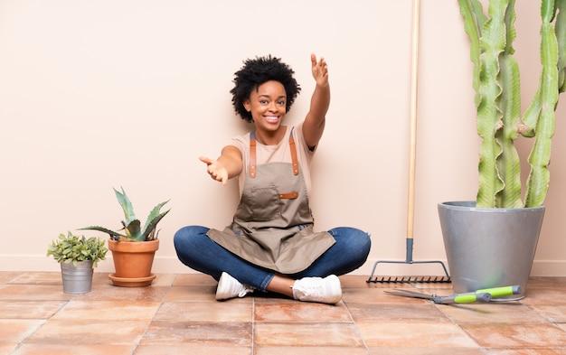 床に座って庭師女性