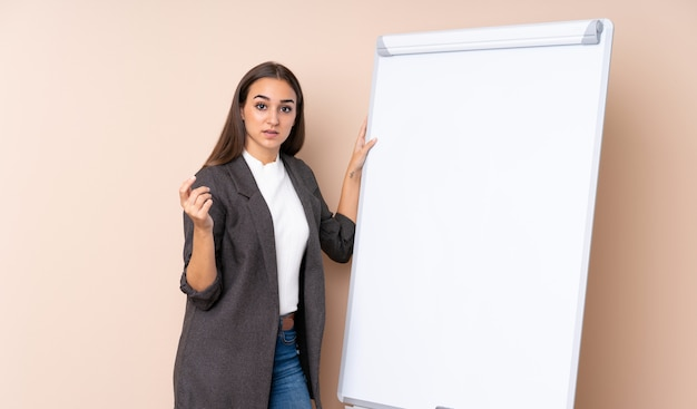 Молодая женщина, презентации на белой доске, презентации на белой доске