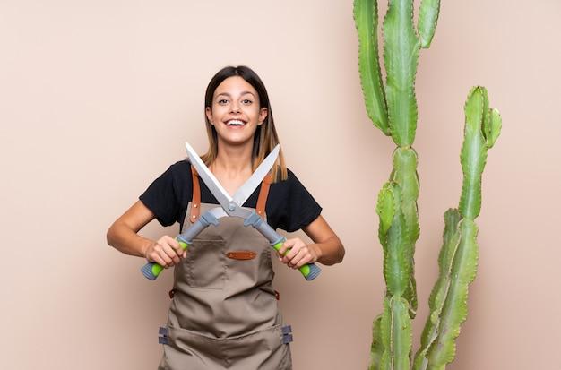 植物を持つ若い庭師女性